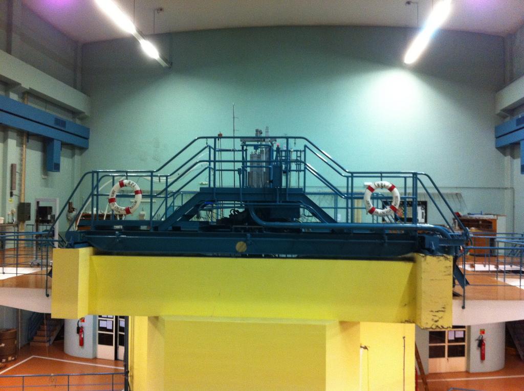 Uma das duas pontes móveis sobre a piscina